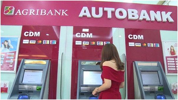 Tra cứu số tài khoản ngân hàng tại cây ATM.